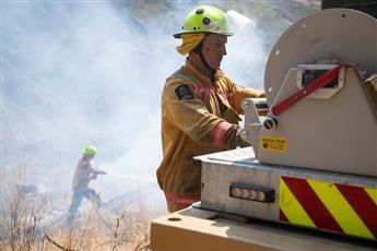 رجال الحماية المدنية يكافحون حرائق الغابات في نيوزيلندا