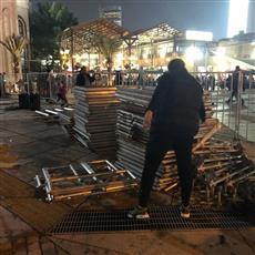 البلدية تزيل مسرحًا بأسواق المباركية