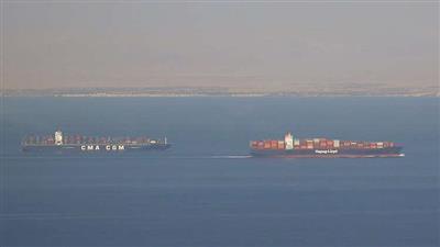 سفن تجارية تمر عبر قناة السويس