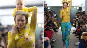 طفل على كتف والدته فى عرض أزياء بنيويورك