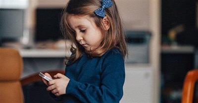 خبير ألماني ينصح بحظر الأجهزة الذكية عن الأطفال دون الـ 14 عامًا