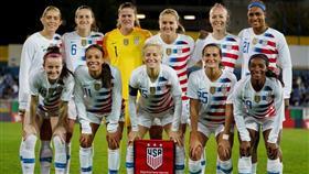 بطلات العالم في كرة القدم يقاضين الاتحاد الأمريكي من أجل مساواتهن بالرجال
