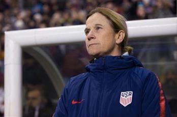 مدربة المنتخب النسائي الأمريكي لكرة القدم تدعم دعوى قضائية ضد اتحاد الكرة