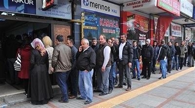 أتراك أمام مكتب توظيف في أنقرة
