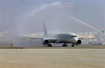 بالفيديو - رش المياه على طائرة سعودية ترحيبا بها في مطار دبي يتسبب في تهشيمها