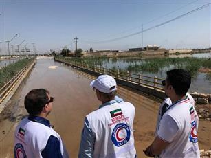 الهلال الأحمر يجول في المناطق المتضررة بالسيول في ايران