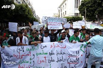 آلاف الطلاب يتجمعون في وسط العاصمة الجزائرية