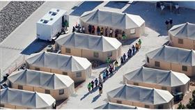 أحد مخيمات احتجاز المهاجرين على الحدود بين أمريكا والمكسيك