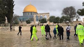 عشرات المستوطنين المتطرفين يقتحمون باحات المسجد الأقصى