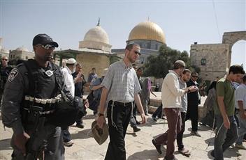 قائد شرطة الاحتلال الإسرائيلي ومئات المستوطنين يقتحمون الأقصى