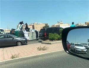 انقلاب سيارة إسعاف تابعة لادارة الطوارئ الطبية على طريق الفحيحيل