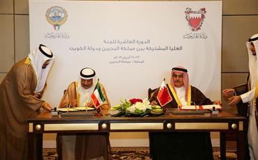 وزير الخارجية الكويتي ووزير خارجية البحرين خلال توقيع مذكرات التفاهم