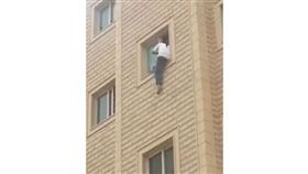 «الداخلية»: فيديو محاولة انتحار مقيم عربي بالفروانية قديم ويعود لعام 2013