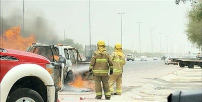 إخماد حريق مركبة على طريق الملك فهد