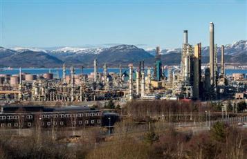 النفط ينخفض بفعل زيادة مفاجئة في المخزونات الأمريكية
