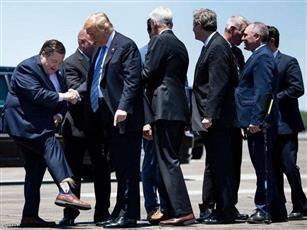 بجوارب ترامب.. حاكم لويزيانا يستقبل الرئيس الأمريكي