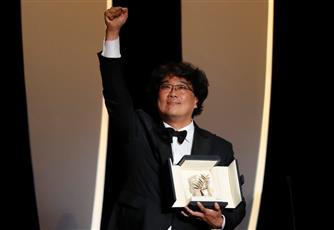 بونغ جون-هو يحتفل بالفوز بجائزة السعفة الذهبية في مهرجان كان