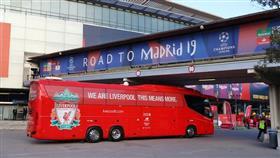 حافلة «ليفربول» عالقة في نفق بمدريد