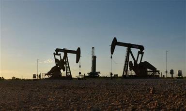 النفط يتراجع مع تصاعد مخاوف التجارة لكن تعليقات سعودية تكبح الخسائر