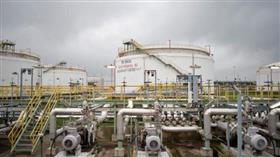 النفط يرتفع فوق مستويات يناير لكنه يظل تحت ضغط بسبب زيادة المعروض