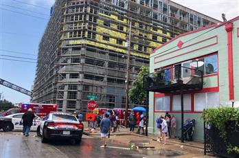 سقوط رافعة على مبنى سكني في وسط مدينه دالاس الأمريكية بسبب الرياح