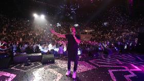 عمرو دياب يُشعل ثاني حفلاته في جدة وسط حضور جماهيري كبير
