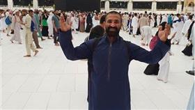 بعد انفصاله عن سمية الخشاب.. أحدث صورة لأحمد سعد أمام الكعبة