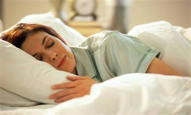 دراسة: إضاءة المصابيح أثناء النوم تزيد وزن المرأة