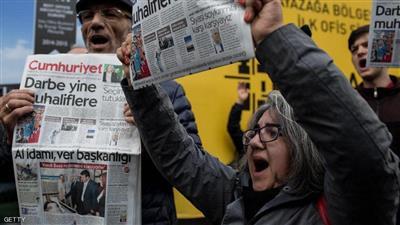 تركيا تسعى إلى الحكم بسجن صحفيين  بتهمة تقويض الاقتصاد