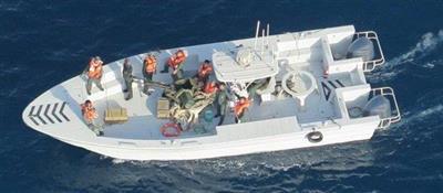 الجيش الأمريكي ينشر صورا جديدة لعناصر إيرانية تزيل لغما من الناقلة اليابانية