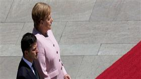التعب يظهر علي ميركل أثناء استقبالها الرئيس الأوكراني الجديد في برلين
