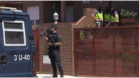 الشرطة الإسبانية عند مداهمة بيت عائلة القطيني السورية اليوم في مدريد