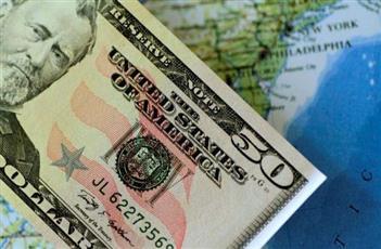 الدولار ينخفض بعد أكبر خسارة أسبوعية في 4 أشهر