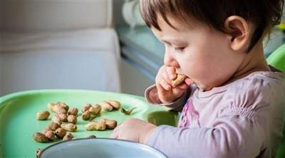 أعراض تنذر بحساسية الطفل من المكسرات