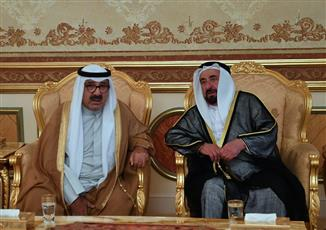 ممثل سمو الأمير النائب الأول يقدم واجب العزاء بوفاة نجل حاكم الشارقة