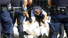 اعتقال محتجين على التغير المناخي من أمام مصرفين في سويسرا