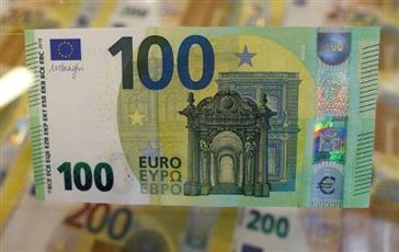 اليورو ينزل لأدنى مستوى في 3 أسابيع والدولار يقفز