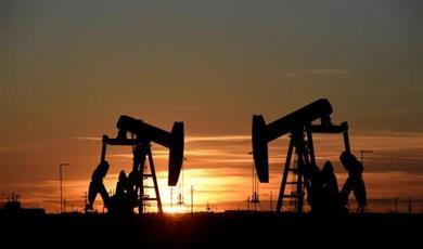 النفط يبلغ ذروة 6 أسابيع مع تأهب المنصات لعاصفة بخليج المكسيك
