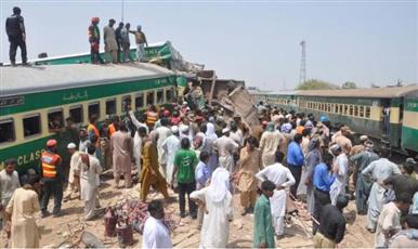مقتل وإصابة العشرات في تصادم قطارين بباكستان