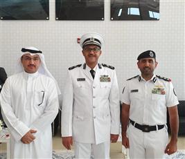 المدير العام لخفر السواحل الكويتية يتوسط الشيخ مبارك علي الصباح والمستشار ناصر الغانم