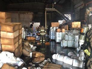رجال الاطفاء يكافحون حريق أحد المخازن الخاص بالمواد الكيميائية