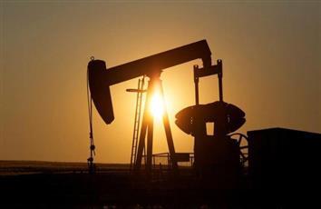 النفط يصعد أكثر من 2% بفعل توقعات بمزيد من تخفيضات الإنتاج من أوبك
