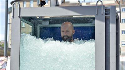 نمساوي يدخل موسوعة «غينيس» بدفن نفسه عاريًا لساعتين في الثلج