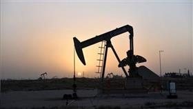 النفط يهبط 3% بفعل بيانات اقتصادية عالمية ضعيفة وزيادة بالمخزونات الأمريكية