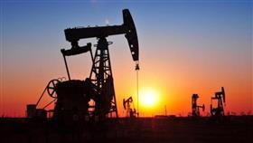 أسعار النفط تستقر بعد انخفاض كبير بفعل مخاوف الركود وزيادة المخزونات