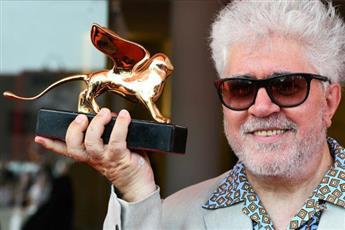 «البندقية السينمائي» يمنح ألمودوبار جائزة الأسد الذهبي