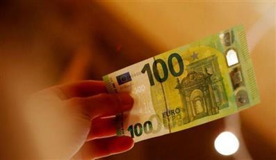 اليورو ينخفض لأقل مستوى في 28 شهراً وسط ترقب لتحفيز من المركزي الأوروبي