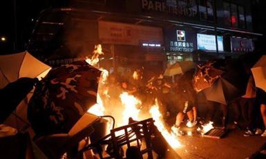 المحتجون في هونج كونج ينقلون رسالتهم إلى القنصلية الأمريكية
