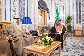 الملك سلمان يستقبل وزير الخارجية الكويتي بقصر السلام في جدة
