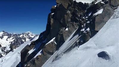بعد 43 سنة من البحث.. رجل يعثر على رفات صديقه متسلق الجبال
